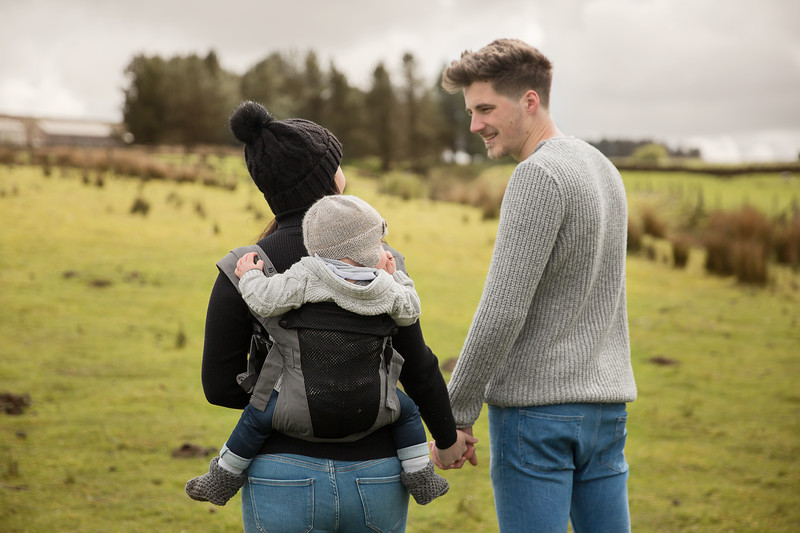 Izmi_Baby_Carrier_Breeze_Mid_Grey_Lifestyle_Back_Carry_Couple_In_Field.jpg