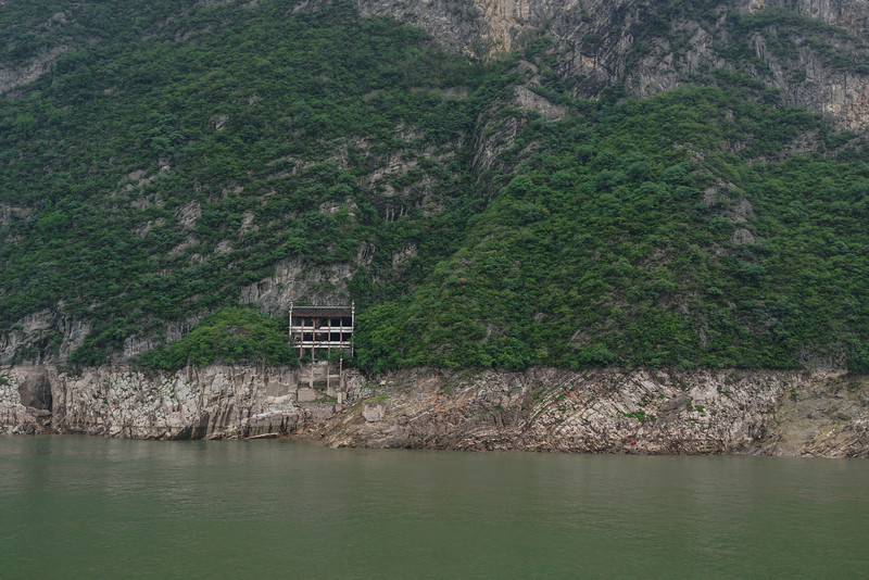 Apparently abandoned home straddling the high-water mark of the raised Yangtze River.  (Enlarge to original resolution by placing mouse on right side of photo and you'll see.)