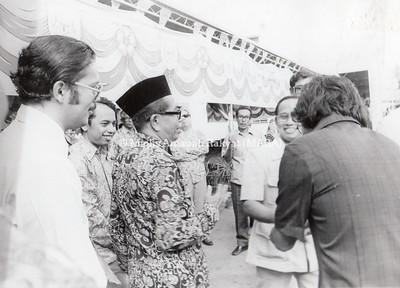 1977 - PENYERAHAN BAS MARA KEPADA SYARIKAT