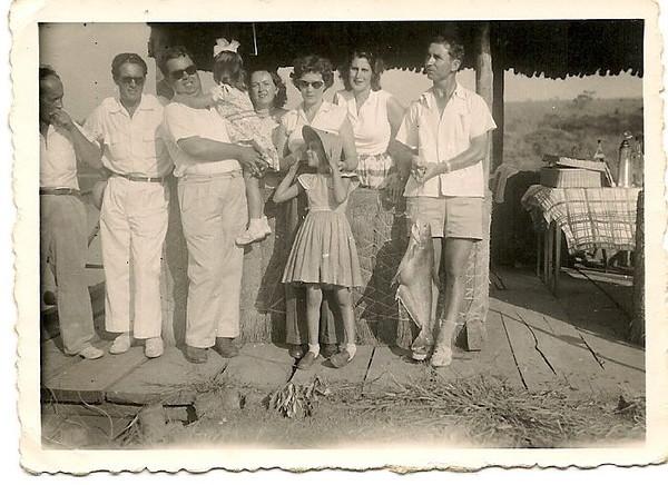 Nordeste, anos 50 No extremo esq. o Sr. Osório, a seguir o enf. Caldas. No extremo direito o casal Cruz, e o casal Neves  e filha Nela Silveira Neves.