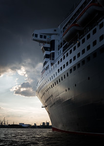 2014 06 03 Queen Mary 2 Anfang Juni in Hamburg