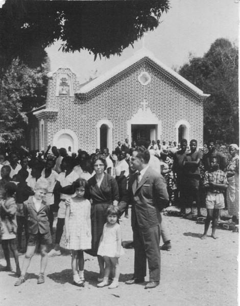 "Maludi Dr. Soares, esposa Maria Zulmira e filhas Maria Emilia e Maria Teresa e filho Ze' ""Russo""."