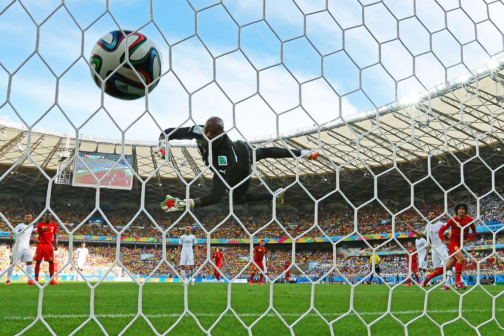 . BELO HORIZONTE, BRAZIL - JUNE 17: Marouane Fellaini of Belgium (R) scores his team\'s first goal on a header past Rais M\'Bolhi of Algeria during the 2014 FIFA World Cup Brazil Group H match between Belgium and Algeria at Estadio Mineirao on June 17, 2014 in Belo Horizonte, Brazil.  (Photo by Quinn Rooney/Getty Images)