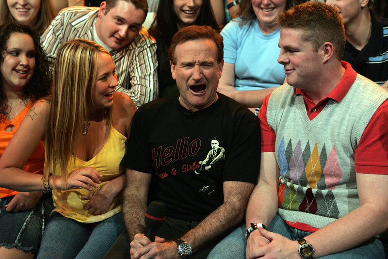 . Actor Robin Williams sits onstage with the audience during MTV\'s Total Request Live at the MTV Times Square Studios on April 27, 2006 in New York City.  (Photo by Peter Kramer/Getty Images)