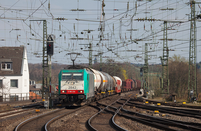 2842 has the delayed 44522 (Gremberg - Antwerpen-Noord/B) in tow as it approaches Aachen Hbf.