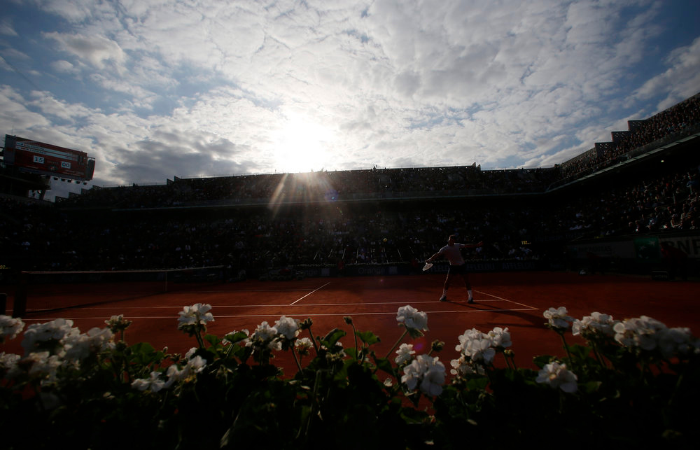 . Switzerland\'s Roger Federer returns the ball to France\'s Gilles Simon during their fourth round match of the French Open tennis tournament at the Roland Garros stadium, Sunday, June 2, 2013 in Paris. (AP Photo/Petr David Josek)
