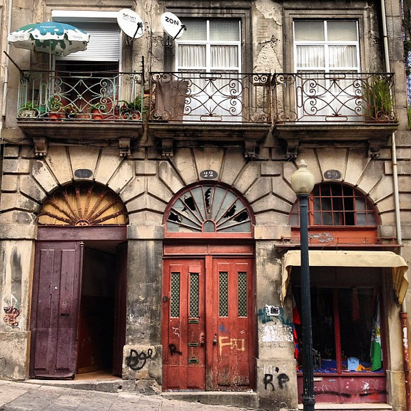 Loving the #doorwayporn of old town Porto #tbupor