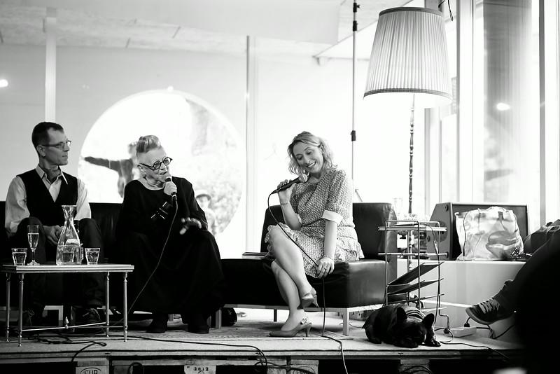 Autor Stephan Pörtner und Künstlerin Christa de Carouge im Gespräch mit Moderatorin Daniela Mitidieri anlässlich der Vernissage des Buches »Traumfänger« von Bruno Bötschi. (u.a. für Daniela Mitidieri und Bruno Bötschi.)
