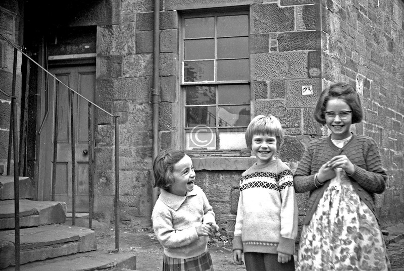 Pollokshaws    June 1964  There was a nice postscript to this photo, when I was kindly informed by a lady who still lives in the 'Shaws that the little laughing girl on the left is her mother, Catherine O'Hare, who lived here at 23 Pleasance Lane.