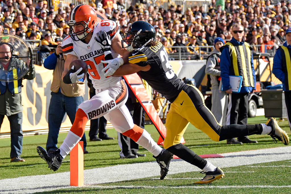 . Cleveland Browns tight end Seth DeValve (87) scores on a pass from quarterback Robert Griffin III, with Pittsburgh Steelers cornerback Ross Cockrell (31) defending, during the first half of an NFL football game in Pittsburgh, Sunday, Jan. 1, 2017. (AP Photo/Don Wright)