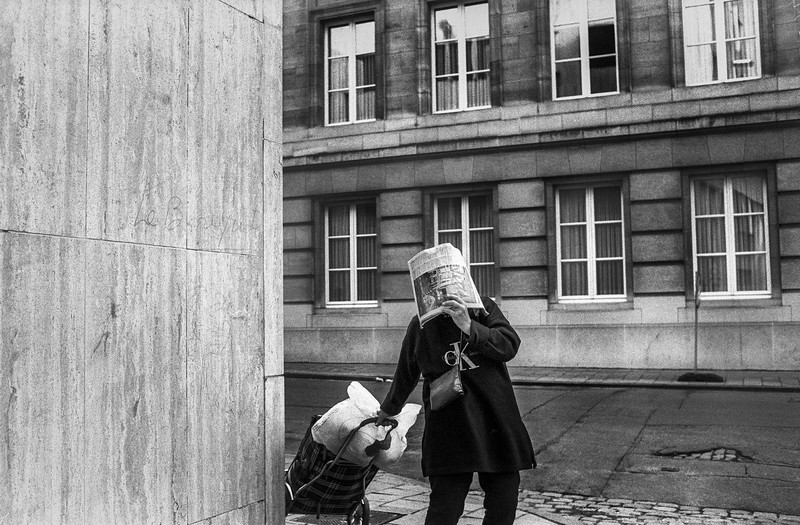 LADY_HIDDING_BEHIND_NEWSPAPER_BRUSSELS.jpg