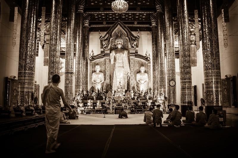 Life scene at Wat Chedi Luang.