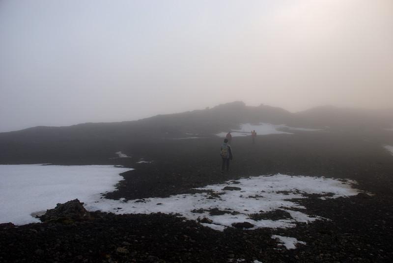 Álfhildur, Erna og Þorbjörg í þokunni að leita að næstu stiku
