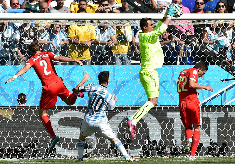 . Argentina\'s goalkeeper Sergio Romero (2nd R) saves a ball during a Round of 16 football match between Argentina and Switzerland at Corinthians Arena in Sao Paulo during the 2014 FIFA World Cup on July 1, 2014.     (NELSON ALMEIDA/AFP/Getty Images)
