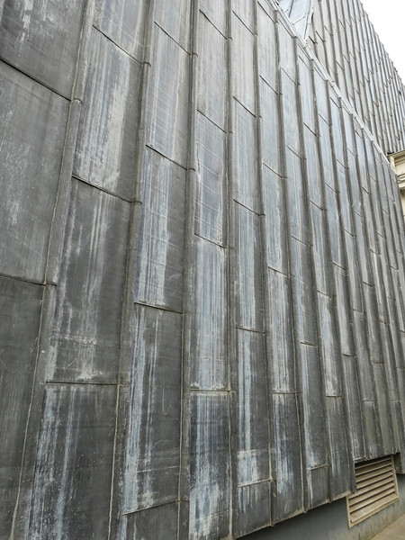 Weird outer building wall ... to the theater/opera thing