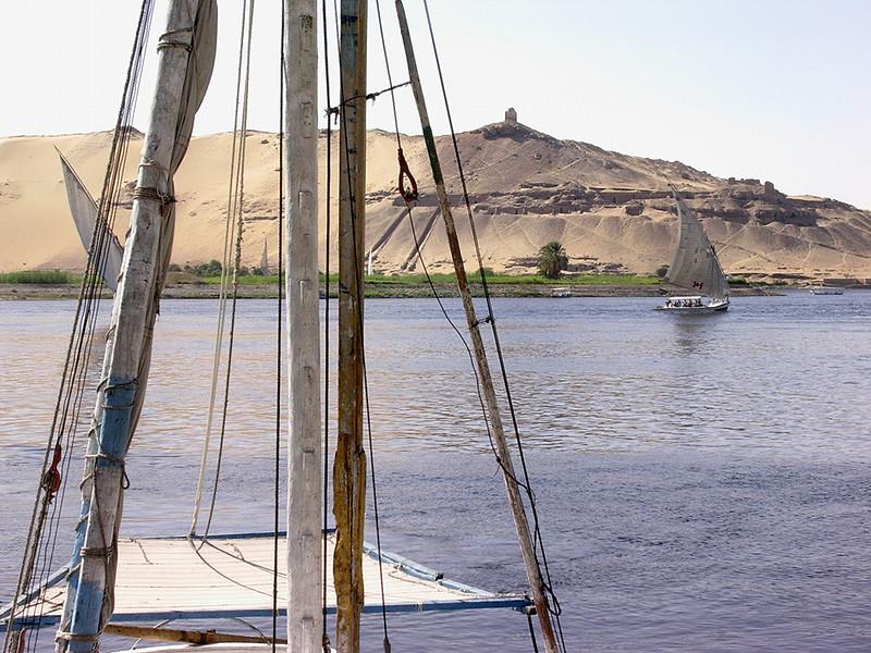 Faluccaer ved Elephantine Island ---------------------------------------- Faluccas sailing the Nile near Elephantine Island (Foto: Ståle)