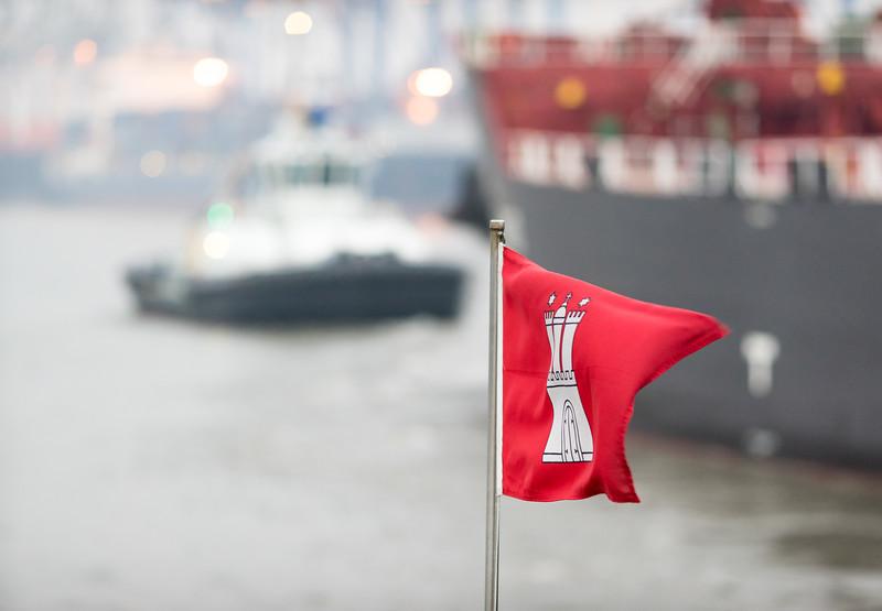Flagge Hamburg an einem Schlepper im Wind Hamburg