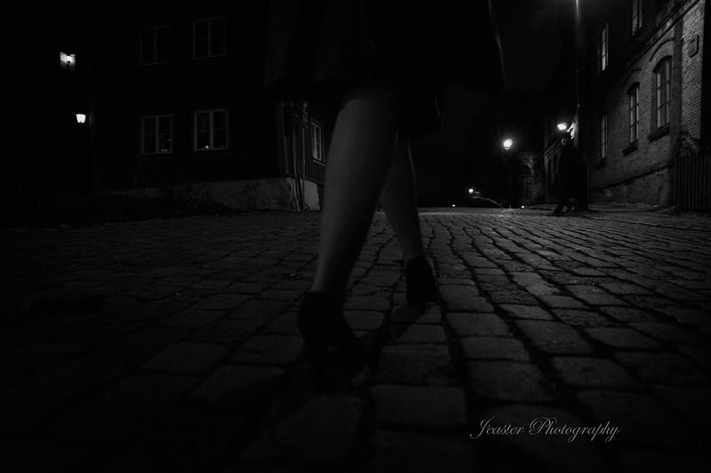film-noir-femme-fatale-walking-down-cobbled-streets-jeaster-photography.jpg
