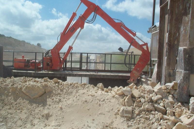 NPK B700 pedestal boom system-secondary rock breaking - Holt Weisman 08-2002 (2).jpg