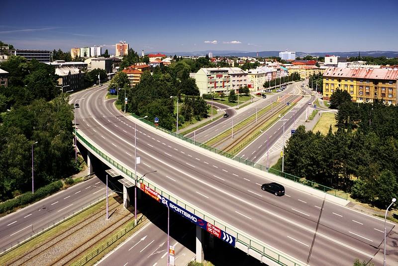 Netradiční pohled na mimoúrovňovou křižovatku ulic Velkomoravská a Brněnská