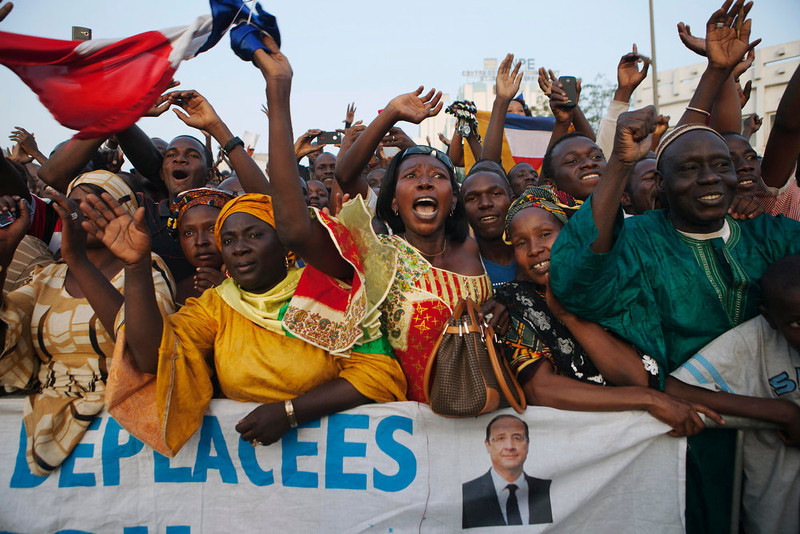 . Malians cheer as France\'s President Francois Hollande (not pictured) speaks at Independence Plaza in Bamako, Mali February 2, 2013. France will withdraw its troops from Mali once the Sahel state has restored sovereignty over its national territory and a U.N.-backed African military force can take over from the French soldiers, Hollande said on Saturday. REUTERS/Joe Penney