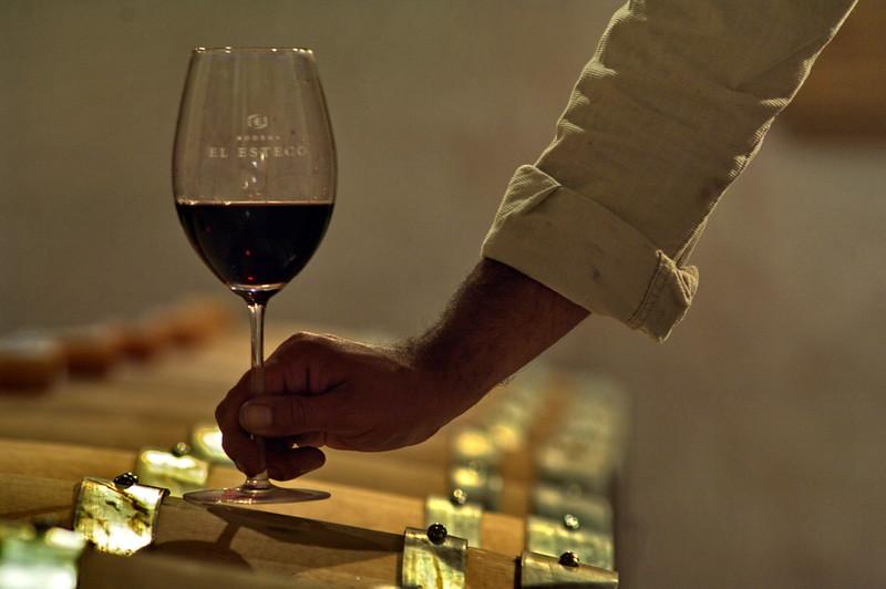Control de vino añejado en barrica