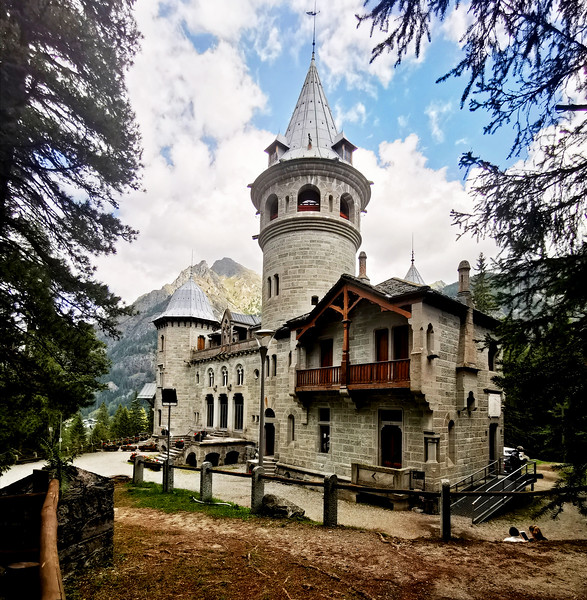 Castel Savoia, near Gressoney St Jean, Valle del Lys.  13.30, 02/09/19