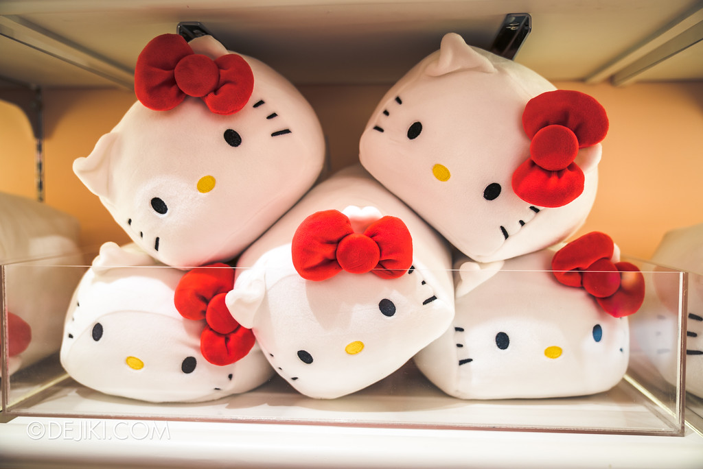 Universal Studios Singapore - Hello Kitty Studio store / cube tofu stacking hello kitty plush