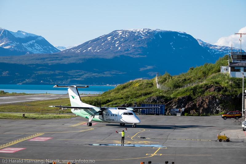 Widerøes kveldsmaskin fra Bodø takser inn på Narvik lufthavn, 15. juni 2016.