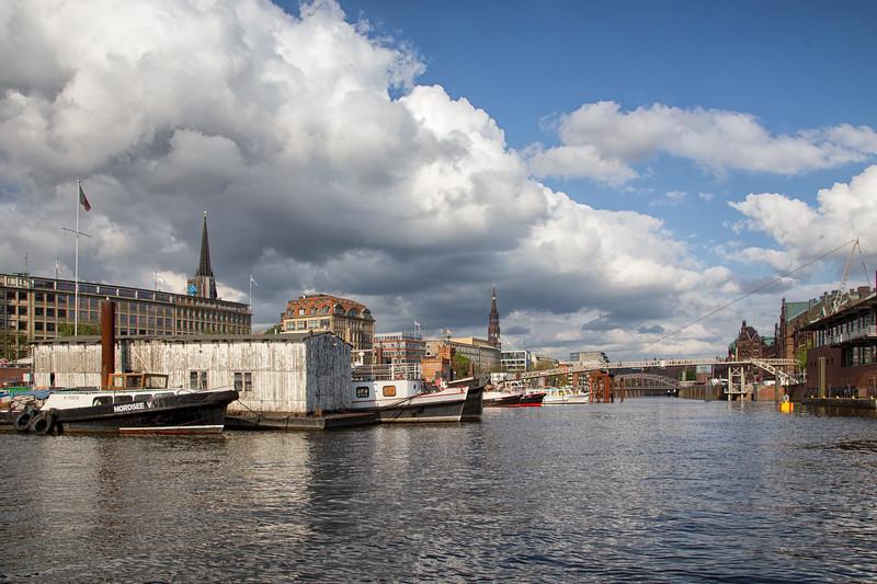 Binnenhafen Hamburg bei Sonnenschein mit Speicherstadt