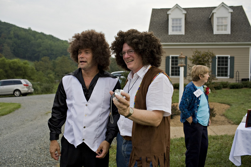 These 2 guys had never met each other!! and the wigs... I mean they look like they planned it!