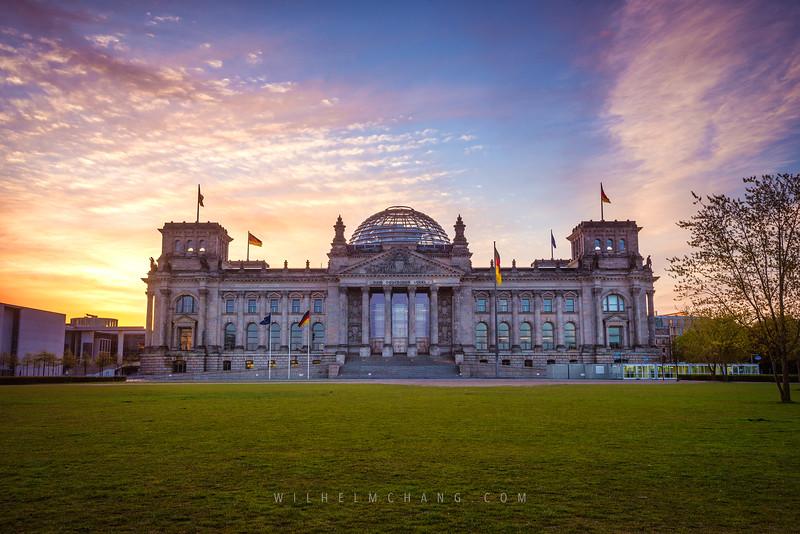 Reichstag-Lawn-dawn.jpg