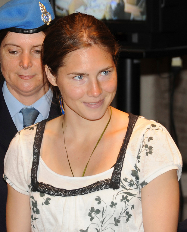 . US murder suspect Amanda Knox is escorted by penitentiary police officers as she arrives for a hearing in the Meredith Kercher murder trial, in Perugia, Italy, Friday, May 8, 2009.  (AP Photo/Stefano Medici)