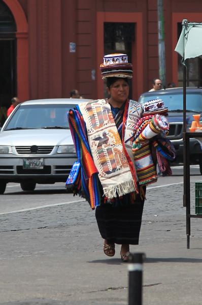 Lokalna sprzedawczyni lokalnego badziewia