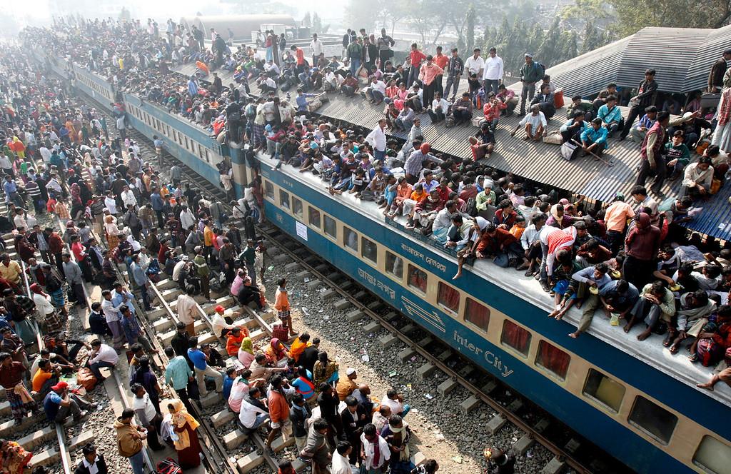 . An overcrowded train leaves Dhaka\'s Airport rail station ahead of the Muslim festival Eid-al-Adha December 20, 2007.  REUTERS/Rafiqur Rahman (