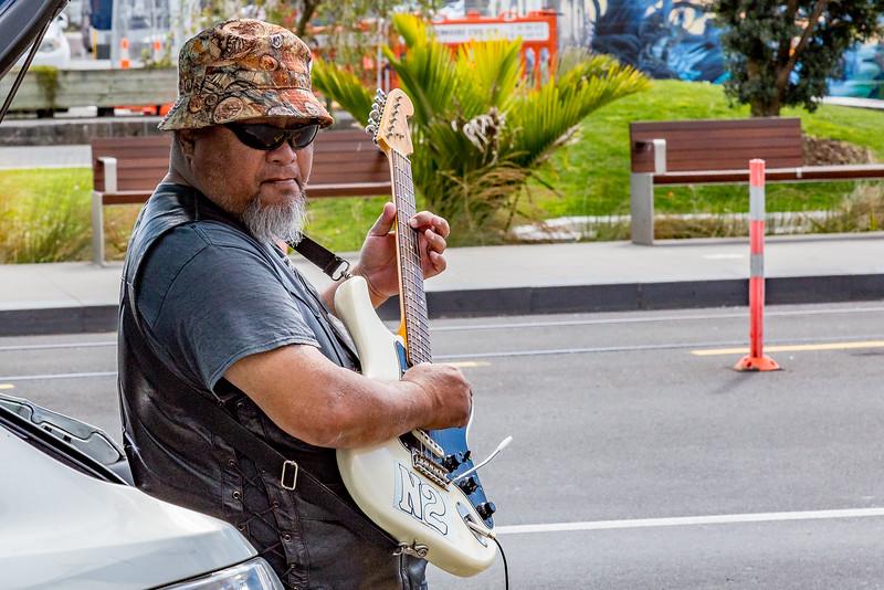 Smartphone für die Begleitung, Verstärker am 12 Volt-Ausgang und eine Gitarre: Einmann-Band 2018