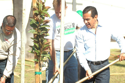 Los Angeles Mayor Villariagosa at the 2009 Earth Day Tree Planting