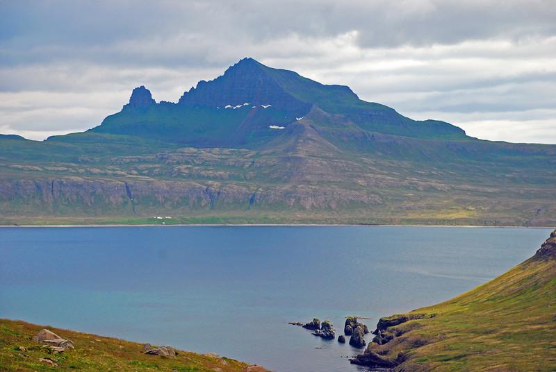 Horft úr Rekavíkinni yfir Hornvíkina. Miðdalur, Jörundur, Kálfatindar, Múlinn og Innstidalur. Stígshús og Frimannshús undir Bæjarbrúninni.