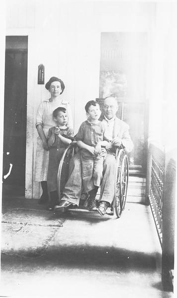 Fiske Family 1923...should be clyde phelix on joe phelix lap.jpeg