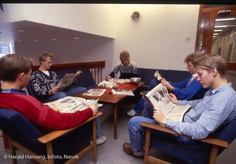 Studenter i lese-kroken i andre etasje. Narvik ingeniørhøgskole. Bilde tatt til slides-serie for å promotere skolen i ulike sammenhenger.