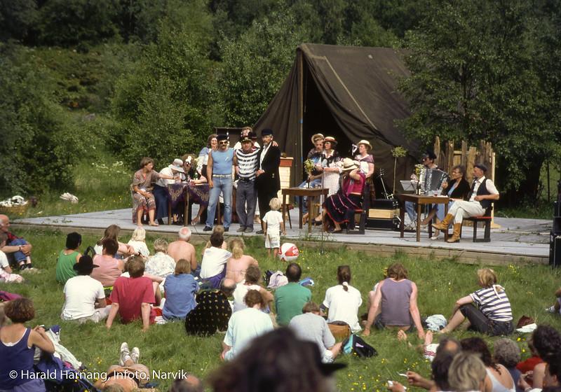 Narvik teaterlag (?) har forestilling under Folkefest i Rombaksbotn., da også Rallarmarsjen ble avviklet.