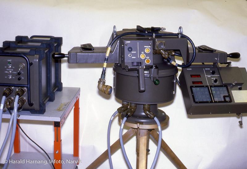 Forsvarsutstyr produsert og/eller montert hos KV-Narvik eller Norsk forsvarsteknologi. Arbeid for svenske PEAB, for kystartilleriets NERSAD-system. I midten en optisk målestasjon. Utstyret ble maskinert og elektromontert i Narvik.