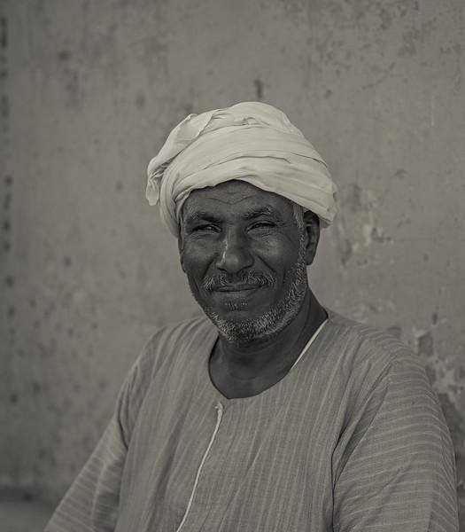 Hombre egipcio a la puerta del hotel Marsam