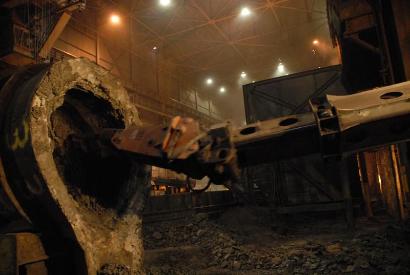 NPK GH4 hydraulic hammer deskulling slag pot in steel mill(17).JPG