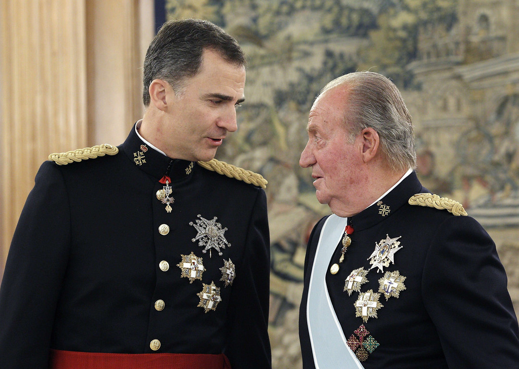 . Spain\'s King Felipe (L) and his father Spain\'s former King Juan Carlos stand during a handing over ceremony for the sash of the Capitain General in the Chamber of Audiences at the Zarzuela Palace.   AFP PHOTO / pool / ZIPIZIPI/AFP/Getty Images