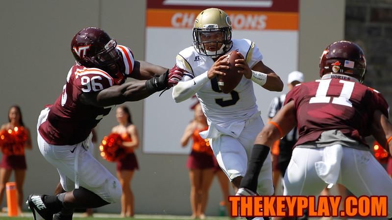 Georgia Tech QB Justin Thomas keeps the ball on an option run in the 3rd.