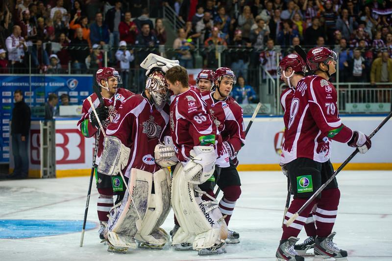 Dinamo Riga hokejisti sveic Mikael Tellqvist (32) pēc uzvaras pēcspēles metienos ar rezultātu 3:2