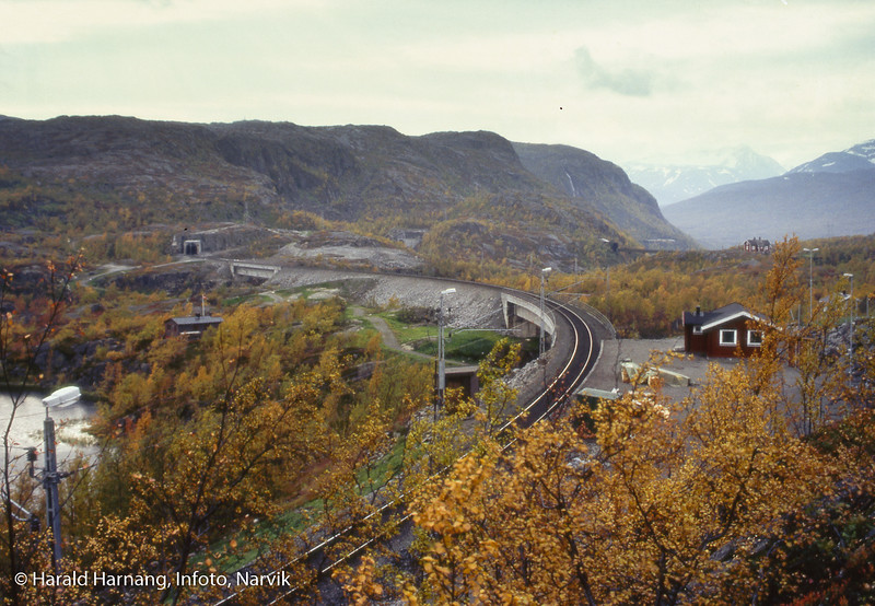 Søsterbekk holdeplass, med de nye bruene som erstattet Norddalsbrua (bak til høyre). Her bak sees også Vokterboligen.