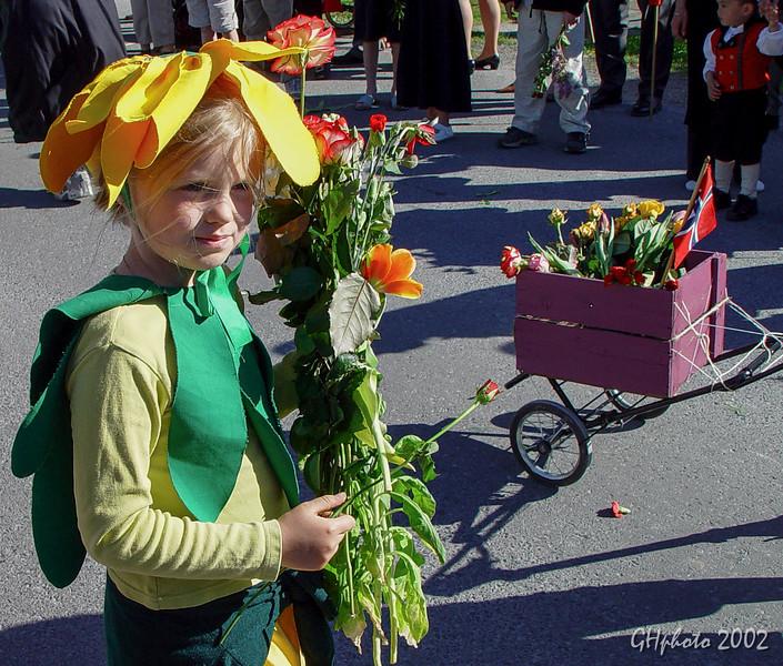 Tuvai blomsttog 17 mai 2002 mod utsn.jpg