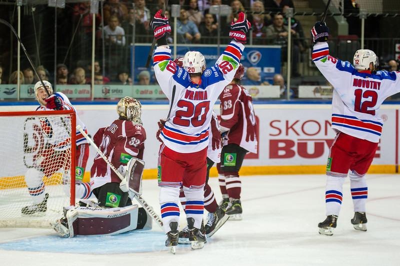 HC LEV Praha hokejisti priecājas par gūtajiem vārtiem spēles pēdējās minūtēs izlīdzinot rezultātu 1:1